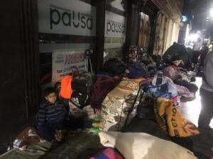 1 año de pandemia | 200 ciudadanos bolivianos duermen en el frontis del consulado de Bolivia (16 abril 2020)