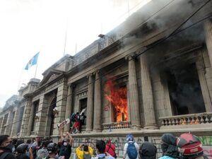 Guatemala: manifestantes toman e incendian instalaciones del Congreso