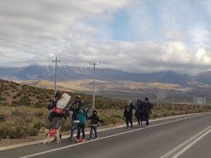 Hoy | Sigue el flujo de migrantes por Colchane, familias con niños y mascotas