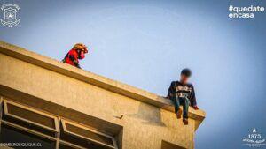 Bomberos rescata a joven desde azotea de edificio