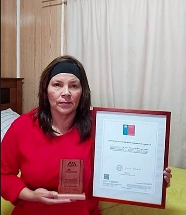 Edith Torres egreso de 4to medio y recibio el premio al esfuerzo 1