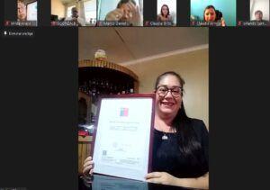 Yesica Olivares recibio su certificado de 4to medio