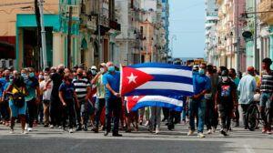 """Protestas callejeras en Cuba dejan calato al Gobierno, que llama a sus """"revolucionarios"""" para combatirlas"""