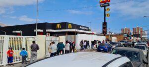 El consumismo en su máxima expresión: Apertura del McDonald´s genera largas filas de vehículos y de personas en el local